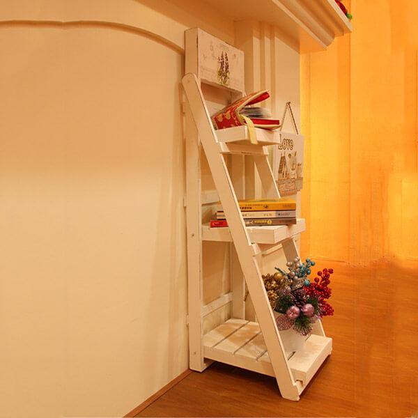 Kệ gỗ trang trí ba tầng đặt sát tường