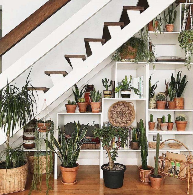 Với công dụng đa dạng, kệ trang trí cầu thang có thể để chậu cây, sách, đồ dùng rất tiện